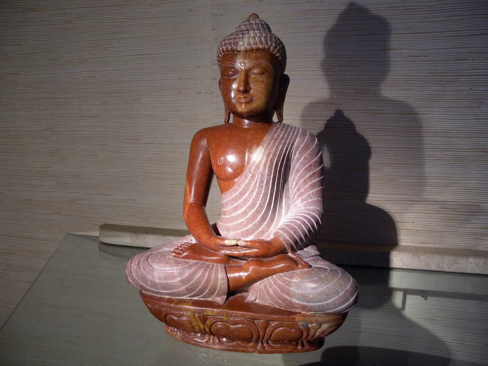 bouddha en marbre rouge